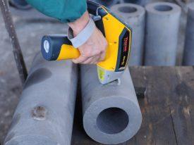laboratorio analisi chimiche con strumenti vari di fonderia di lonato; analizzatore portatile metallo Niton XL2 all'opera