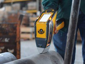 laboratorio analisi chimiche con strumenti vari di fonderia di lonato; analizzatore portatile metallo Niton XL2 all'opera su tubo