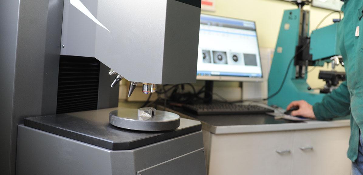 foto durometro laboratorio Fonderia di Lonato